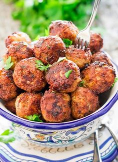 These Sweet and Spicy Korean Meatballs will change your life. Made with lean beef, flavored with garlic, Sriracha and glazed with a spicy apricot glaze. Easy Cooking, Cooking Recipes, Healthy Recipes, Healthy Foods, Beef Kabob Recipes, Romanian Food, Romanian Recipes, Jo Cooks, Albondigas