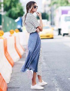 Ainda não sabe usar saia midi? Se inspire nesse look casual de street style de Danielle Bernstein, com estampa e tênis.