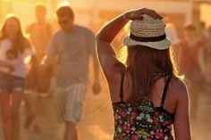 Choć słońce na kostrzyńskim polu jest najpiękniejsze na świecie, to może ono być przyczyną udarów. Koniecznie zabierzcie ze sobą kapelusze lub inne nakrycia głowy.