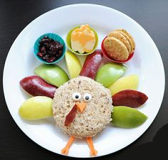 Make a Thanksgiving turkey out of bread, apple slices and carrots. A simple and effective turkey for Thanksgiving!