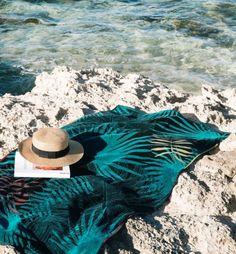 Serviette de plage velours éponge Toucan Sur un thème feuillage tropical haut en couleurs, le drap de plage Toucan a choisi l'éponge velours pur coton pour vous envelopper de douceur et de confort. bord de mer serviette posée sur les rochers moment de détente avec de se baigner dans la mer, coin lecture avec un chapeau de paille eau turquoise #summer #plage #mer #vacances #poolparty #toucan #urbanjungle #serviettedeplage #deco #home #tropical #tropicool #chapeaudepaille Toucan, Bath Towels, Beach Mat, Outdoor Blanket, Moment, Tropical, Turquoise, Deco, Swimsuits
