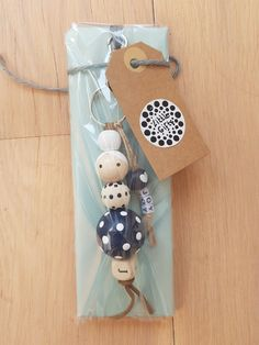Porte-clés bricolage - Porte-clés bricolage Best Picture For diy For Your Taste You are looking for something, and it i - Diy Projects To Try, Craft Projects, Bead Crafts, Diy And Crafts, Diy Keychain, Beaded Garland, Wooden Diy, Wooden Beads, Craft Fairs