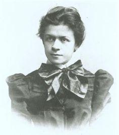 Mileva Maric (1875 - 1948)      Mileva Maric y Albert Einstein  Mileva Maric (1875 - 1948), matemática yugoslava, fue la primera esposa de Einstein, con quien trabajó en la elaboración de la teoría de la relatividad. Mileva Maric tuvo una influencia importante en la obra científica de Albert Einstein, aunque éste nunca le dio a ella el menor crédito en público. De manera que la teoría de la relatividad se debería más a ella que a él, quien la desarrolló sin dar ningún crédito a su compañera.