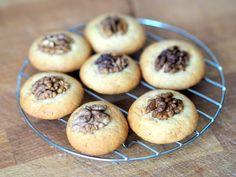 Připravte si další cukroví do zásoby! Tyto medové sušenky jsou křehké, křupavé, tak akorát sladké a ten oříšek jim dodává skvělý šmrnc! :) Christmas Cookies, Advent, Muffin, Breakfast, Sweet, Food, Xmas Cookies, Morning Coffee, Candy