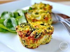 Wytrawne muffiny jajeczne Składniki  (na 6 muffin)  4 jajka 4 plastry szynki…