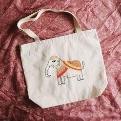 Nova ecobag no ateliê! Lembrando que todas as bolsas, até dia 25/12, estarão com 10% de desconto   #ecobag #bordado #bordadoamao #bordadolivre #india #madhubani #elefante #elephant #boho #hippie #presentecriativo #natal #artesanato #elo7