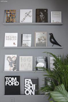 smarte-hyller-jotun-lady-stylizimo  Om man stadig gjør forandringer i hjemmet, kan bildelist være en god ide. Mal bildelisten i samme farge som veggen, for et sømløst resultat. Bland bilder med bøker og magasiner, og bryt opp med en spesiell dekorgjenstand.
