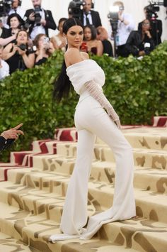 Kendall Jenner Wears the Pants on Met Gala 2018 Red Carpet!: Photo Kendall Jenner opts for pants while walking the carpet at the 2018 Met Gala held at the Metropolitan Museum of Art on Monday (May in New York City. Khloe Kardashian, Kardashian Kollection, Kendall Jenner Outfits Casual, Kendall Jenner Estilo, Kendall Jenner Dress, Kylie Jenner Met Gala, Kendall Jenner Modeling, Gala Dresses, Nice Dresses