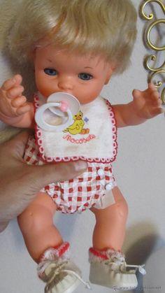 M69 PRECIOSO BABY MOCOSETE CON CONJUNTO ORIGINAL ANTIGUO PERO EN PERFECTO ESTADO INCLUYE CATALOGO Lol Dolls, Vintage Dolls, Nostalgia, Childhood, Kitty, Memories, Children, Inspiration, 70s Toys
