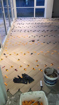 Visgraat tegels in leveling Wooden Floor Tiles, Tile Floor Diy, Concrete Look Tile, Wood Plank Tile, Wood Floor Stain Colors, Wood Floor Design, Tile Design, Diy Flooring, Parquet Flooring