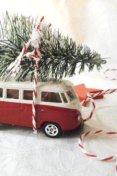 Weihnachtliche Bullis - Idee für einen Adventskranz mit VW Bus. #Adventskranz #diy #selbstgemacht #bulli #vwbus #weihnachten Christmas Decorations, Christmas Ornaments, Holiday Decor, Vw Bus, Volkswagen, Advent, Diy Weihnachten, Christmas Traditions, Road Trip