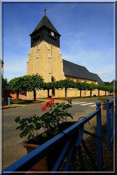 Bonneville la Louvet - Calvados - L'église montre à l'extérieur un système défensif assez simple. Mais à l'intérieur, les dessins et poutres sont d'une grande originalité.