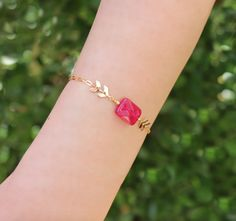 Bracelet feuillage plaqué or pierre rectangle agathe fushia #fêtedesmères #bracelet #agathe #fushia #or #jewelry #bijou #mothersday