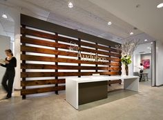 main lobby design in plan with reception desk and security desk - BASIC SCREEN to match the wood tables Office Entrance, Office Lobby, Office Decor, Home Office, Desk Office, Office Spaces, Small Office, Office Reception Area, Lobby Reception