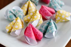 These cute DIY paper fortune cookies are super easy to make! Perfect for Chinese New Year, Valentine's Day, wedding favors, birthday parties & much more. Kids Crafts, New Year's Crafts, Crafts To Do, Easy Crafts, Craft Projects, Chinese New Year Party, Chinese New Year Crafts, New Years Party, Origami Paper