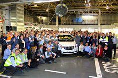 Se inicia la producción del actualizado Opel Meriva | QuintaMarcha.com La planta de Opel en Figueruelas (Zaragoza) ha comenzado la producción del renovado Meriva. Antonio Cobo, director general de General Motors España, sacó de la línea de producción la primera unidad, junto con el empleado más joven y el más veterano de la fábrica.