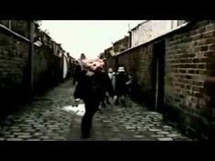 """Free as a Bird fue compuesto por John Lennon en 1977, siete años después de la separación de The Beatles. El tema fue grabado por Lennon en su casa en una versión """"Demo"""". En 1995, Yoko Ono le entregó a Paul McCartney la grabación. Paul, George  Ringo grabaron encima de la Demo y publicaron en 1995 esta versión de Free As a Bird, de The Beatles, 25 años después de separados. ¡Linda historia!"""