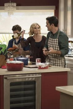 Pin for Later: See How Your Favorite TV Shows Are Celebrating Thanksgiving This Year Modern Family But Claire doesn't exactly have confidence in them. Modern Family Tv Show, Family Tv Series, Julie Bowen, Netflix, Film Books, Friends Tv, Favorite Tv Shows, Movies And Tv Shows, Celebrities