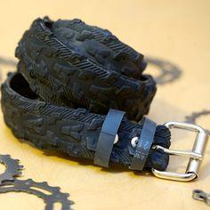 Dieser Gürtel besteht aus einem gebrauchten Mountain Bike Reifen mit einer schwarzen Lauffläche. Gürtel ist 1-1/2 Zoll breit, Schnalle ist aus vernickeltem Stahl.  Die Keeper Riemen bestehen aus einem Innenrohr und können gedehnt werden, um das Endstückende durchkommen. Chicago Schrauben dienen, so dass Schnallen und Gurte, leicht geändert werden kann  *****  Dieser Gürtel ist nicht noch auf Länge geschnitten, bitte eine Größe bei der Bestellung angeben, der Gürtel wird auf diese Größe z...