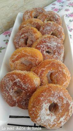 Cuando pruebes uno de estos roscos de naranja del blog LO MÁS DULCE DE SONIA, no podrás parar. ¡Qué ricos están! Donut Recipes, Mexican Food Recipes, Sweet Recipes, Cooking Recipes, Spanish Desserts, Sweet Cooking, Sweet Little Things, Homemade Donuts, Pan Dulce