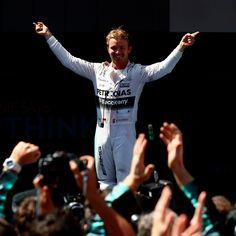 Nico Rosberg sobe na Mercedes para celebrar vitória no GP da Espanha de Fórmula 1