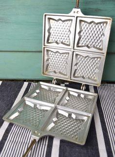 Ancien appareil croque-monsieur en fonte d' aluminium  pour gaz – cheminée ou barbecue de la marque « L'étoile » La poignée tiens bien fermé grâce à un crochet  clip    44cm x 20cm    Bon état