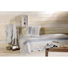 Traget va ofera Cuvertura pat clasica matlasata Marylou bleu-bej cu fete de perna pentru dormitor amenajat in stil clasic,  Shabby Chic sau Vintage