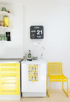 Stål bordplade i retrokøkken (flip clock made by Fartech Corporation) Scandinavian Home Interiors, Scandinavian Design, Light Green Kitchen, Kitchen Yellow, Green Kitchen Designs, Yellow Cabinets, Architecture Design, Yellow Interior, Piece A Vivre
