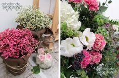 Me encantan los de la izquierda para decorar el suelo, me gusta el color, el macetero, todo. Y el cristal con las rosas es precioso. Las flores de la derecha son maravillosas también. El rosa en estos dos ejemplos, combinado con el blanco y el verde, sí me gusta.