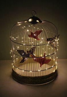 Vous vous demandez que faire d'une vielle cage à oiseaux ? Et si vous en faisiez un super objet déco agrémenté d'oiseaux en origami ? Go, DIY ! Origami Boat, Origami Stars, Useful Origami, Origami Easy, Cage Deco, Origami Owl Watch, Origami Wedding Invitations, Deco Luminaire, Origami Architecture