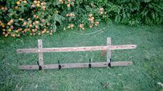 Un perchero hecho con varillas de alambrado