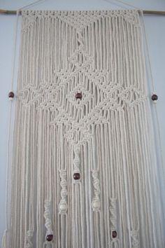 Esta toma moderna en el arte de los años 70 de un colgante de pared de macrame se hace de cuentas de madera, cuerda de algodón natural de diámetro 6 mm y una varilla de bambú.  La barra de colgar de la pared es 75cm (29,5 pulgadas) de ancho y el macrame su auto es de 46cm (18) de ancho, que su longitud es de 140cm (55 pulgadas) de largo  Una gama de cuentas de colores de madera están disponibles para hacer más fácil para el fósforo del color para su hogar.   Cada pedazo es hecho a la medida…