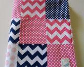 Minky bébé Patchwork Quilt couverture Riley Blake Chevrons et Dots bleus marine chaud roses 2 tailles--fabriqués sur commande