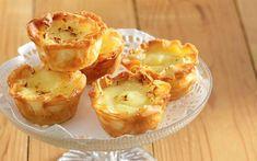 Υλικά (για 16 – 20 κομμάτια) 2 αυγά + 1 κρόκος 1 κούπα ζάχαρη + 1/2 κούπα + 2 κουτ. σούπας 1 λίτρο γάλα + 2 κουτ. σούπας 1 κούπα σιμιγδάλι ψιλό 4 κουτ. σούπας βούτυρο + λίγο, λιωμένο, για άλειμμα 4 φύλλα κρούστας 2 – 3 κουτ. σούπας σουσάμι ΕΚΤΕΛΕΣΗ Ρίχνουμε στον κάδο του [...] Greek Desserts, Greek Recipes, Bread Appetizers, No Bake Cake, Deserts, Muffin, Cooking Recipes, Pudding, Sweets
