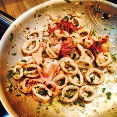 Lula a Provençal 1 kg de anéis de lula 100 g de manteiga 50 ml de óleo de oliva 2 dentes de alho bem picados 3 colheres (sopa) de herbes de Provence frescas 3 colheres (sopa) de salsinha crespa picada 3 colheres (sopa) de cebolinha francesa picada Sal e pimenta-do-reino a gosto Modo de Preparo:…