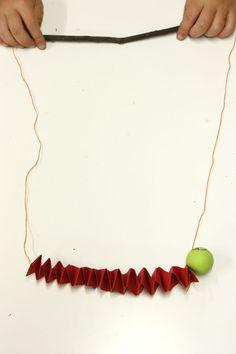 Con cartulina plegada e hilo se pueden hacer muchas marionetas, una bien sencilla es este gusano al que además le hemos puest...
