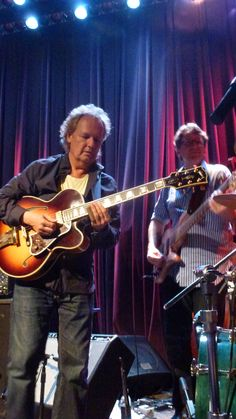 Lee Ritenour backed up by Tom Kennedy on bass, guitar and ??? Looks like these guys will never have to work a day in their lives because they are having so much fun! Lucky for us!