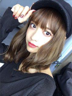 黒の帽子をかぶっている松本愛