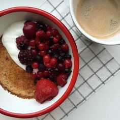 Yes,je leest het goed! Een lekkere en gezonde bananenbrood mugcake! Zoals jullie weten ben ik gek op een healthy lifestyle en heb ik aleen hele tijdgeleden brood laten staan als ontbijt. Het komende jaar ga ik jullie enorm veel verschillende tips voor ontbijtjes geven die healthy en Foodilove proof zijn. Ik hou van variatie en een goede bodem om je dag te starten! Ik maakte al eerder een mugcake met havermout, maar deze variantis met amandelmeel en proeft als een echt bananenbrood. Dit…