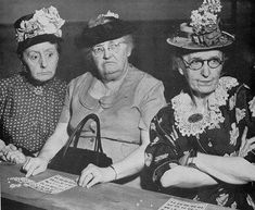 Just How Popular is Bingo? - Is Bingo a dying gambling game for oldies or an ascendant online phenomenon? Vintage Pictures, Vintage Images, Funny Pictures, Black White Photos, Black And White, Fotografia Social, Old Folks, Old Age, Pics Art