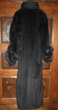 """Cappotto lungo, con arricciatura sulle maniche, in velluto a coste, da """"Dracula di Bram Stoker""""."""