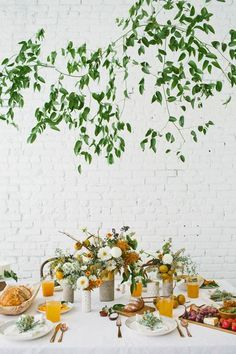 Explore table setting ideas for a fall brunch in your home or outdoors. Discover fall table setting ideas from domino magazine.