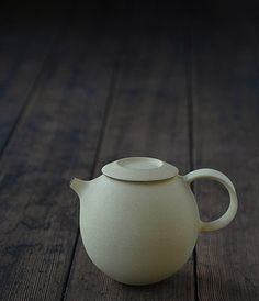 Teapot Artist: Tatsuya Hattori  Made in Japan Gifu based potter Tatsuya Hattori ceramics are characterized by their refined shapes and exquisite glazes.