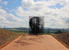 Beeld van Nelson Mandela. Dit jaar onthulde kunstenaar Marco Cianfanelli dit beeld ter ere van Nelson Mandela. Nadat hij 50 jaar eerder in 1963 gearresteerd werd. Deze sculptuur bestaat uit 50 laser gesneden stalen kolommen.