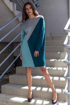 Комфортное платье из плотного трикотажа порадует любительниц геометрии в дизайне. Фасон изделия - прямого кроя, длиной чуть выше колена, плечо спущено, рукав ровный, втачной, длинный, горловина - лодочка с обтачкой. Модным штрихом модели является трехцветное сочетание треугольных фрагментов разной раскраски. Платье - повседневное, офисного варианта.