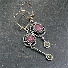 Асимметричная пара серёг с рубинами и перидотами.
