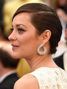 Marion Cotillard's diamond Chopard earrings played up the circular embroidery detail on her dress at the 2015 Oscars.