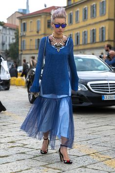 The Best Street Style Looks from Milan Fashion Week Fashion Colours, Blue Fashion, Colorful Fashion, Ny Fashion Week, Milan Fashion Weeks, Street Style 2016, Street Style Looks, Skirt Outfits, Cool Outfits
