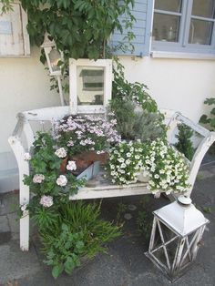 … even if it's just the beloved baggy couch. Covered for a long time … - Diy Garden Deco Diy Garden Decor, Garden Art, Patio Deck Designs, Shabby Chic Wallpaper, Home Vegetable Garden, Shabby Chic Living Room, Deco Floral, Dream Garden, Beautiful Gardens