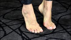 4 Effective Ways to Get Rid of Bunions Allowing bunions to worsen will lead to intense pain, inflammation, and further deformity. Try this bunion treatment to kick bunion pain today. Bunion Exercises, Foot Exercises, Health And Beauty, Health And Wellness, Health Fitness, How To Treat Bunions, Get Rid Of Bunions, Best Shoes For Bunions, Get Rid Of Cough